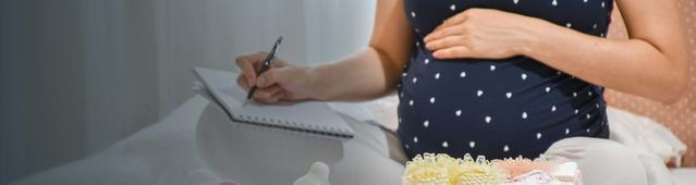 mujer embarazada preparando las cosas del bebe